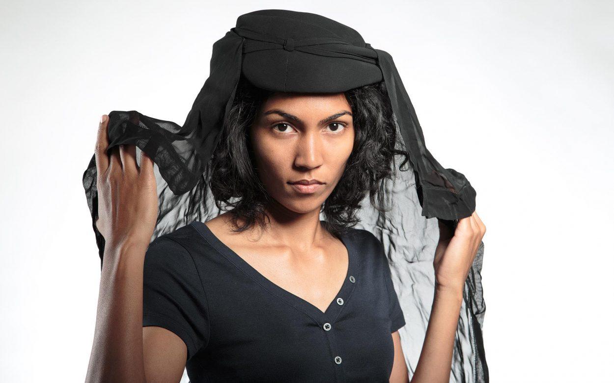 Frau mit schwarzem Schleier