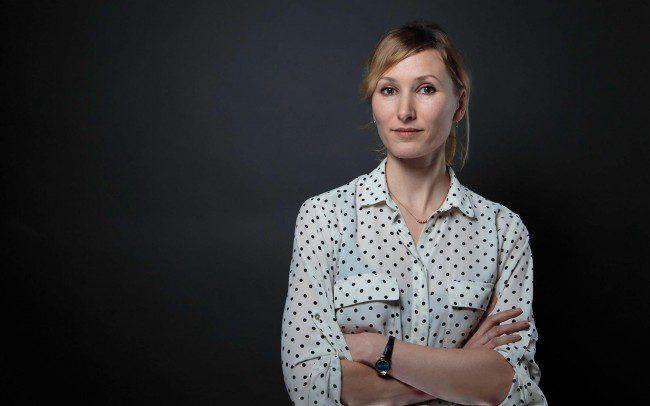 Frau mit Bluse vor grauem Hintergrund