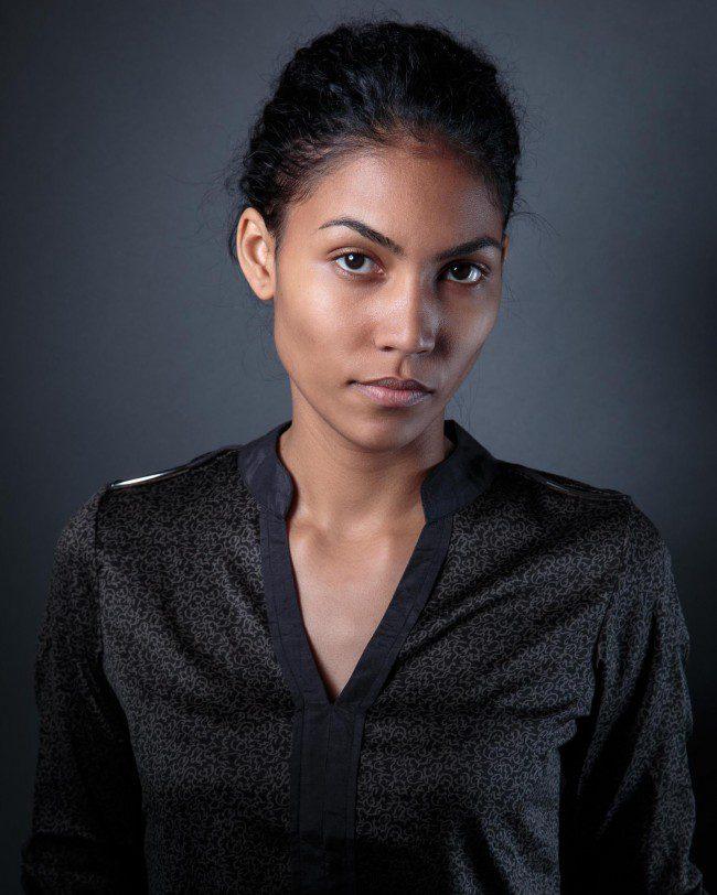 Frau mit schwarzer Bluse