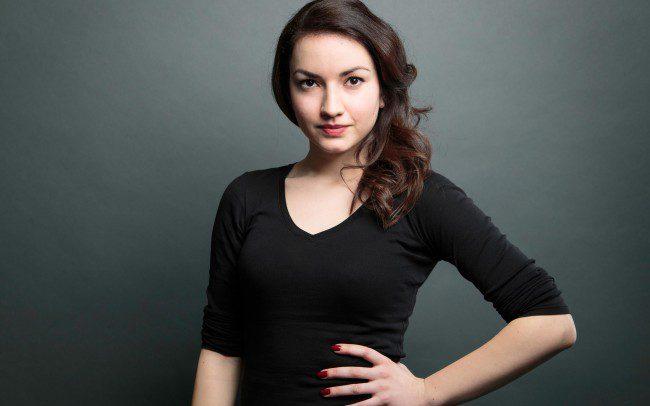 Frau mit schwarzem Hemd