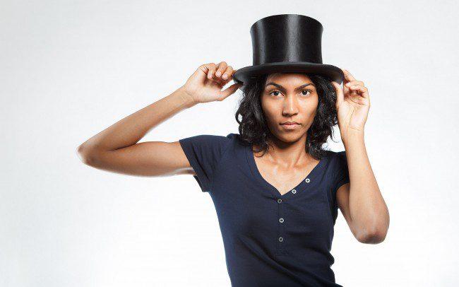 Frau mit schwarzem Zylinder